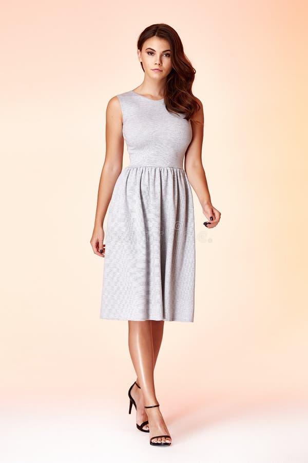 Abbigliamento alla moda di tendenza di progettazione di usura del modello della donna di bellezza naturale o immagine stock
