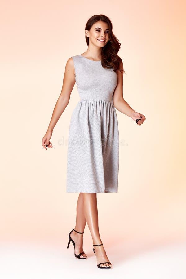 Abbigliamento alla moda di tendenza di progettazione di usura del modello della donna di bellezza naturale o fotografie stock libere da diritti