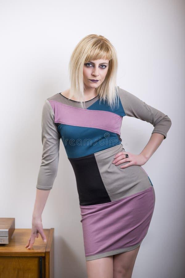 Abbigliamento casual d'uso della bella giovane donna bionda davanti alla parete bianca immagine stock libera da diritti