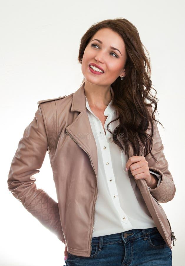 Abbigliamento casual d'uso sorridente della donna isolato fotografie stock