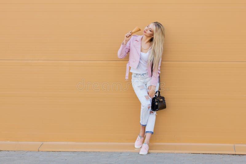 Abbigliamento casual luminoso del bello giovane dei pantaloni a vita bassa della ragazza cono gelato teenager stupefacente divert immagini stock libere da diritti