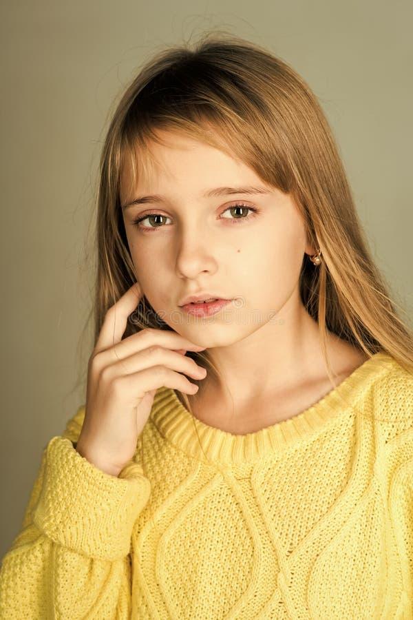 Abbigliamento dei bambini Parrucchiere, skincare, stile casuale, denim Sguardo di bellezza e del modello di moda Bellezza o modo  immagine stock