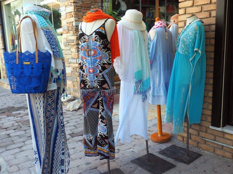 Abbigliamento del ` s delle donne di estate sui manichini del negozio fotografia stock