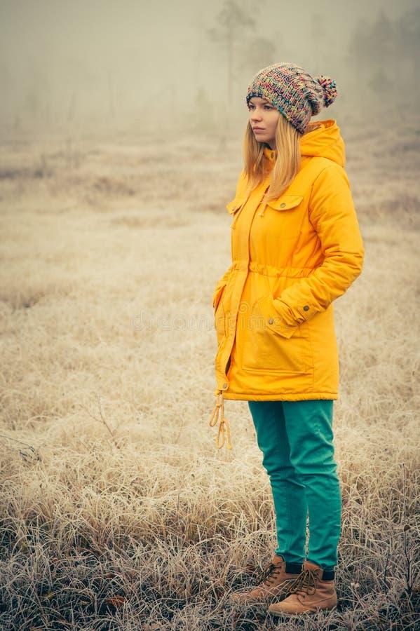 Abbigliamento di modo d'uso del cappello di inverno della giovane donna all'aperto fotografia stock libera da diritti