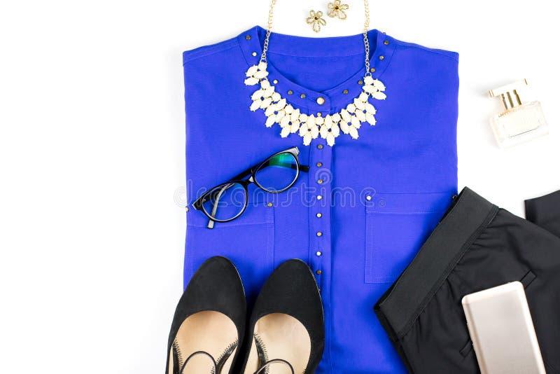 Abbigliamento di stile casuale ed accessori astuti femminili - camicia porpora, pantaloni neri, accessori di modo immagine stock libera da diritti
