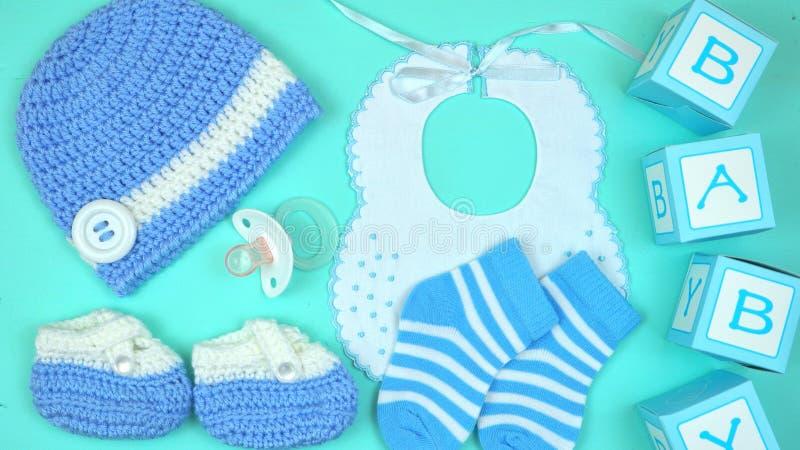 Abbigliamento ed accessori della scuola materna del bambino sopraelevati fotografia stock libera da diritti