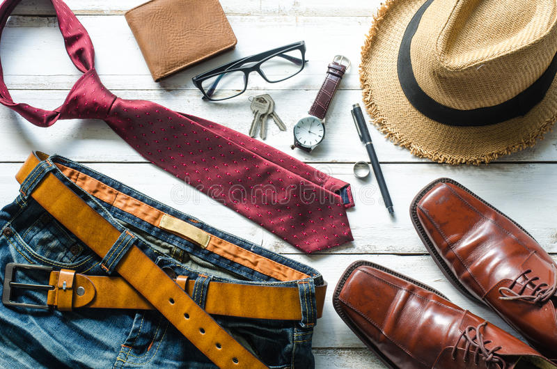 Abbigliamento ed accessori per gli uomini sul pavimento di legno fotografia stock libera da diritti