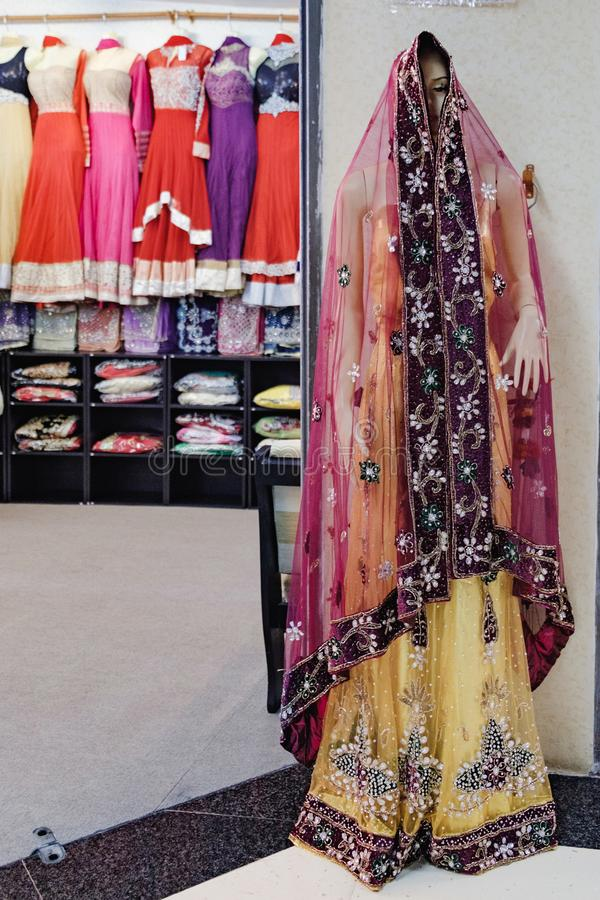 Abbigliamento indiano tradizionale del ` s delle donne da vendere fotografia stock libera da diritti