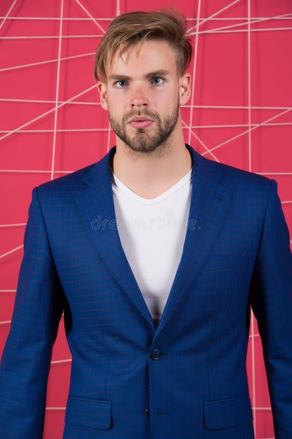 Abbigliamento maschile e concetto alla moda del guardaroba Uomo o vestito blu scuro classico di usura dell'uomo d'affari Modo mas fotografie stock