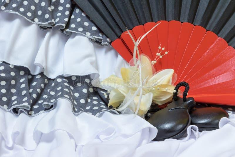 Abbigliamento per il flamenco con il fan rosso e nero immagine stock libera da diritti