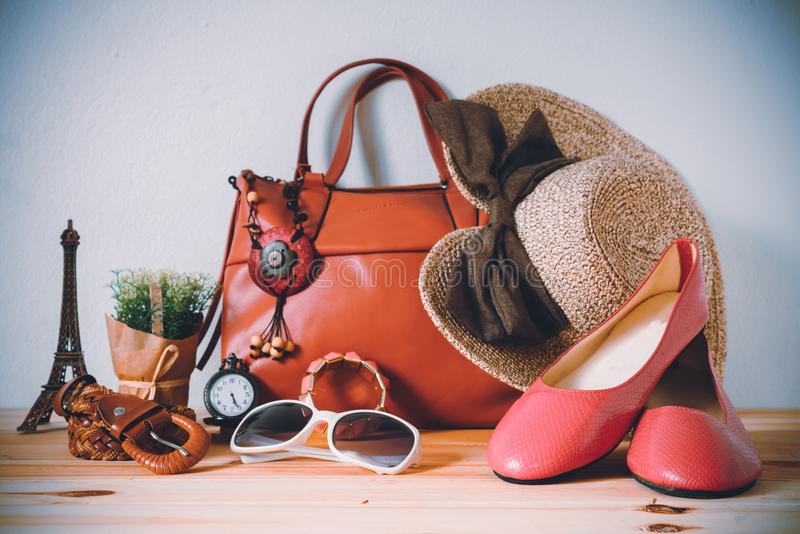 Abbigliamento per le donne, disposto su un pavimento di legno immagini stock