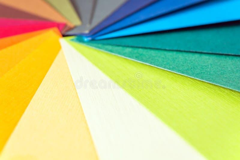 Abbildung auf Schwarzem Farbiges strukturiertes Papier probiert Musterkatalog Helle und saftige Regenbogenfarben Schöner abstrakt stockfoto