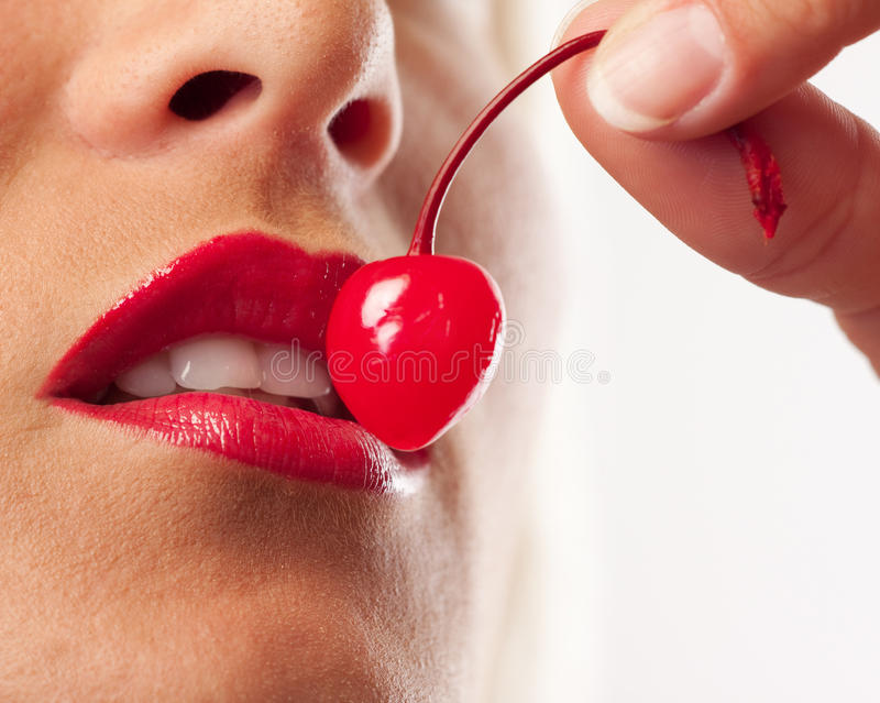 Abbildung der Cocktailkirsche, der Lippen und der weißen Zähne lizenzfreies stockfoto