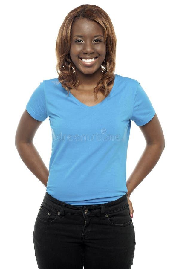 Abbildung einer jungen schwarzen Frau, die in den casuals aufwirft lizenzfreies stockbild