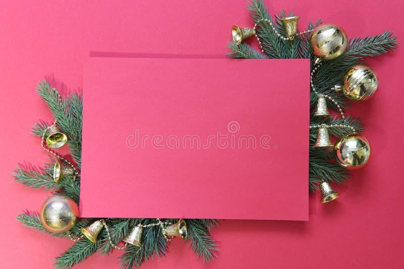 Abbildung kann als Hintergrund benutzt werden Roter Hintergrund mit grünen Niederlassungen von Tanne und Goldweihnachtsspielwaren lizenzfreie stockbilder