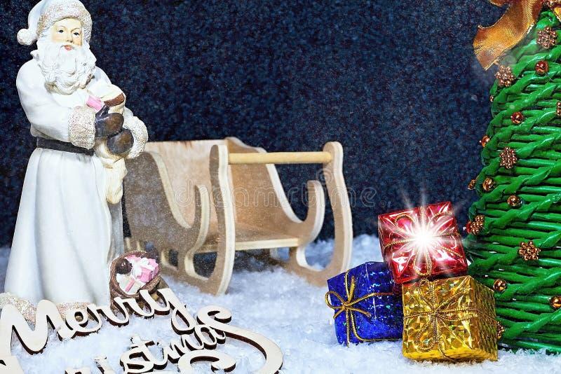 Abbildung kann als Hintergrund benutzt werden Santa Claus in der Weihnachtsatmosphäre mit Geschenken, Weihnachtsbaum und Schnee W stockfotos