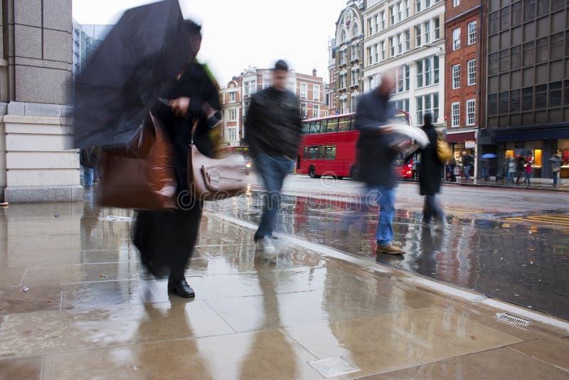 Abbonati Occupati Di Londra Nella Pioggia Di Versamento Fotografia Stock