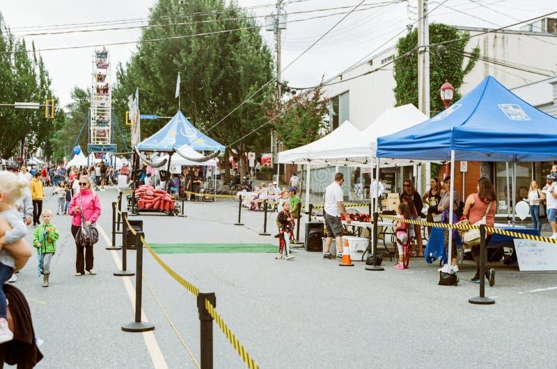 ABBOTSFORD, CANADA - JULI 06, 2019: straatmening van kleine stad bij zonnige dag royalty-vrije stock afbeeldingen