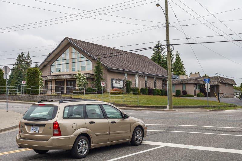 ABBOTSFORD, CANADA - MEI 29, 2019: straatmening van kleine stad met kerk in de lentetijd stock fotografie