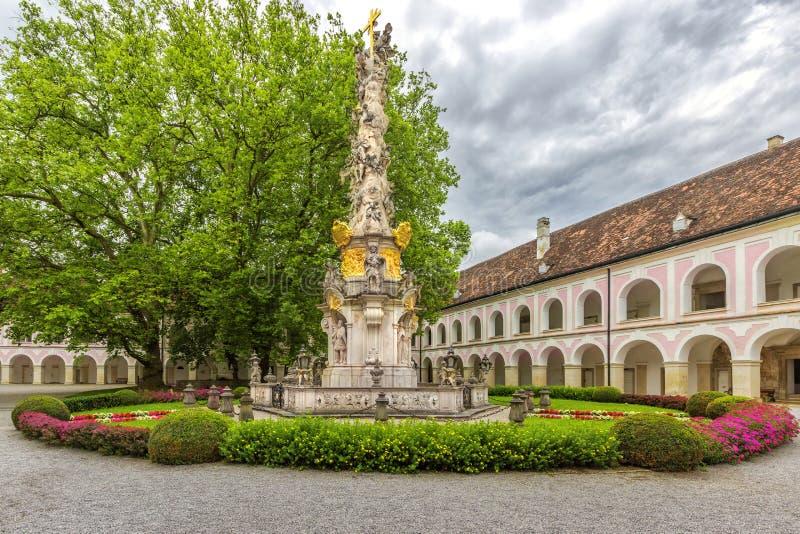 Abbotskloster av det heliga korset & x28en; Stift Heiligenkreuz& x29; i Wien trän royaltyfria bilder