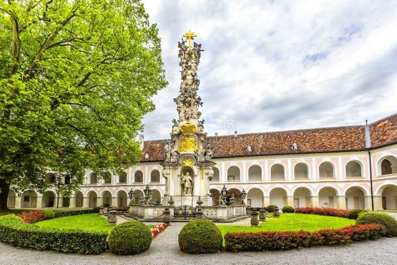 Abbotskloster av det heliga korset & x28en; Stift Heiligenkreuz& x29; i Wien trän royaltyfri bild
