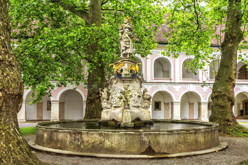 Abbotskloster av det heliga korset & x28en; Stift Heiligenkreuz& x29; i Wien trän arkivbild