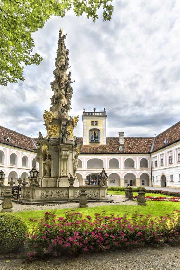 Abbotskloster av det heliga korset & x28en; Stift Heiligenkreuz& x29; i Wien trän arkivfoto