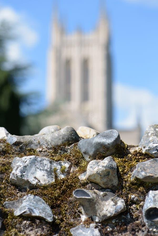 Abbotsklosterväggen fördärvar i fokus med suddiga Catherdral royaltyfria foton