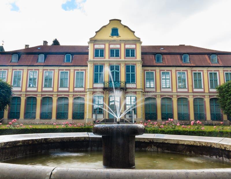 Abbotslotten i gdansk oliva parkerar byggnad med springbrunnen arkivbild