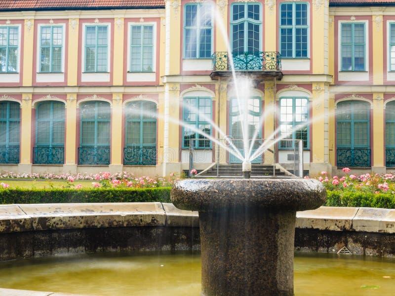 Abbotslotten i gdansk oliva parkerar byggnad med springbrunnen royaltyfri bild