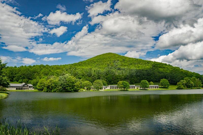 Abbott湖、水獭小屋峰顶和平台面山 库存图片