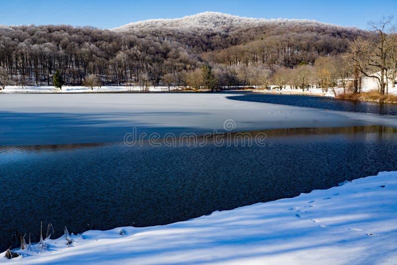 Abbott湖美好的冬天视图有倾听的小山的 库存照片