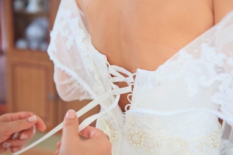 Abbottonare il vestito da cerimonia nuziale immagine stock