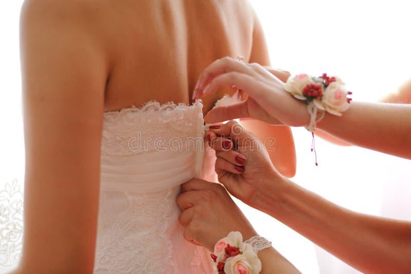 Abbottonare vestito da sposa fotografia stock