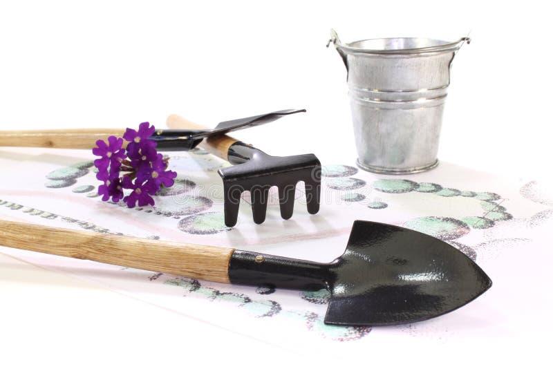 Abbozzo con gli strumenti di giardino fotografia stock