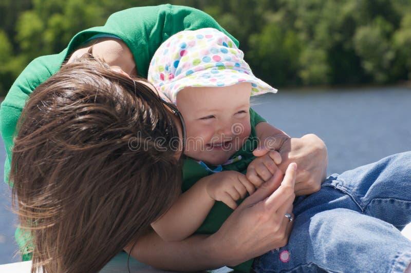 Abbracci dalla mamma fotografie stock