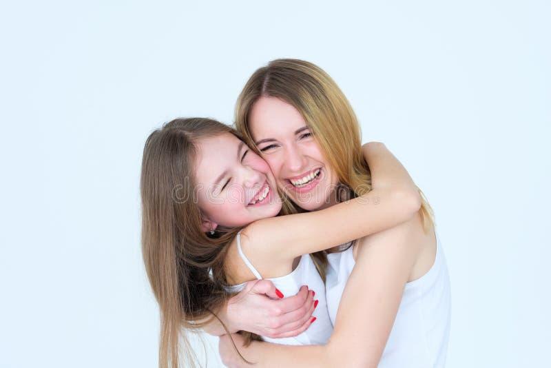 Abbracci di amore di relazione della figlia della mamma del legame di famiglia immagini stock libere da diritti