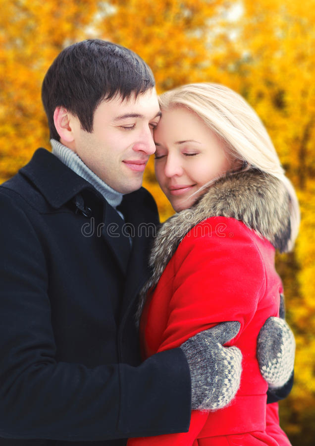 Abbracci romantici delle coppie degli amanti felici in autunno fotografie stock libere da diritti