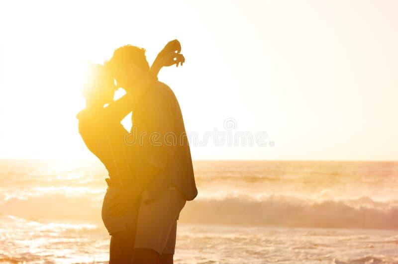 Abbracciando al tramonto fotografia stock libera da diritti