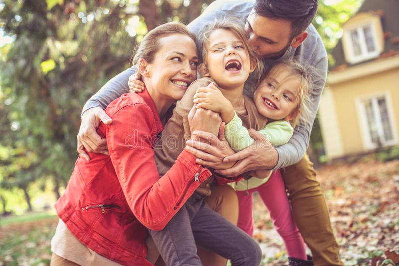 Abbracciando il prurito altro è divertente Famiglia felice fotografia stock libera da diritti