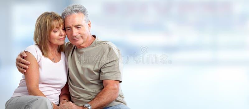 Abbracciare anziano felice delle coppie immagini stock libere da diritti