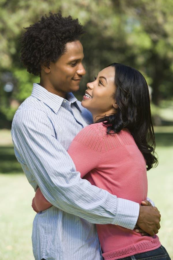 Abbracciare delle coppie. fotografia stock libera da diritti
