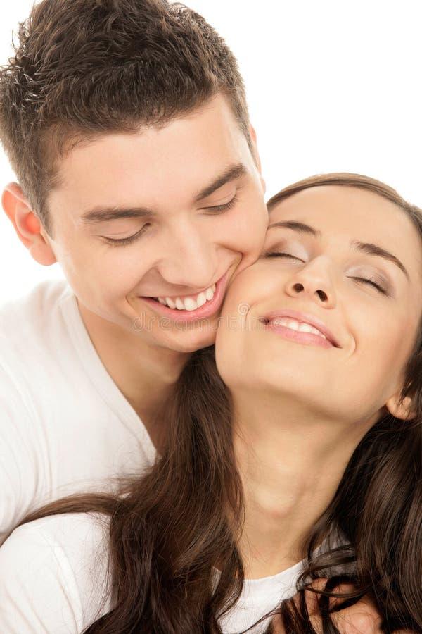 Abbracciare felice delle coppie fotografie stock
