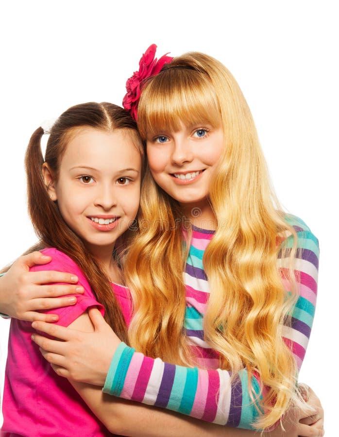 Abbracciare felice di due ragazze fotografia stock libera da diritti