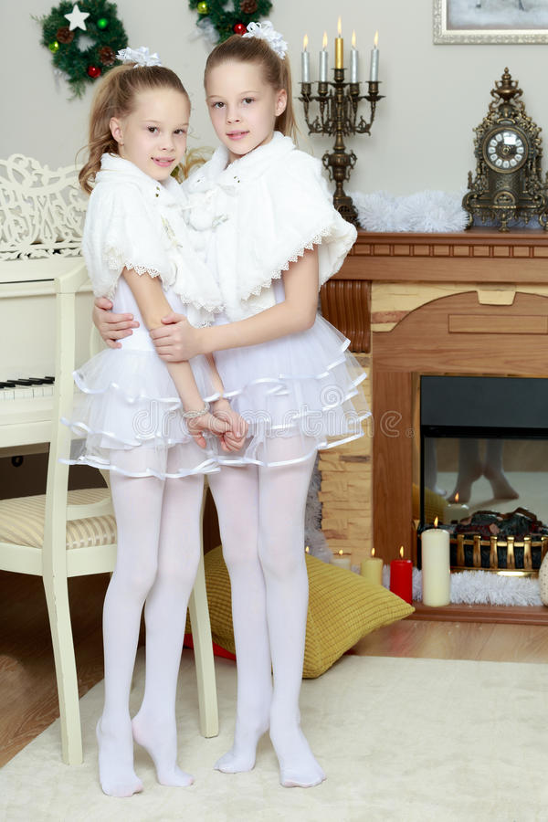 Abbracciare festivo delle bambine fotografie stock