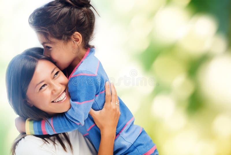 Abbracciare madre e figlia immagini stock