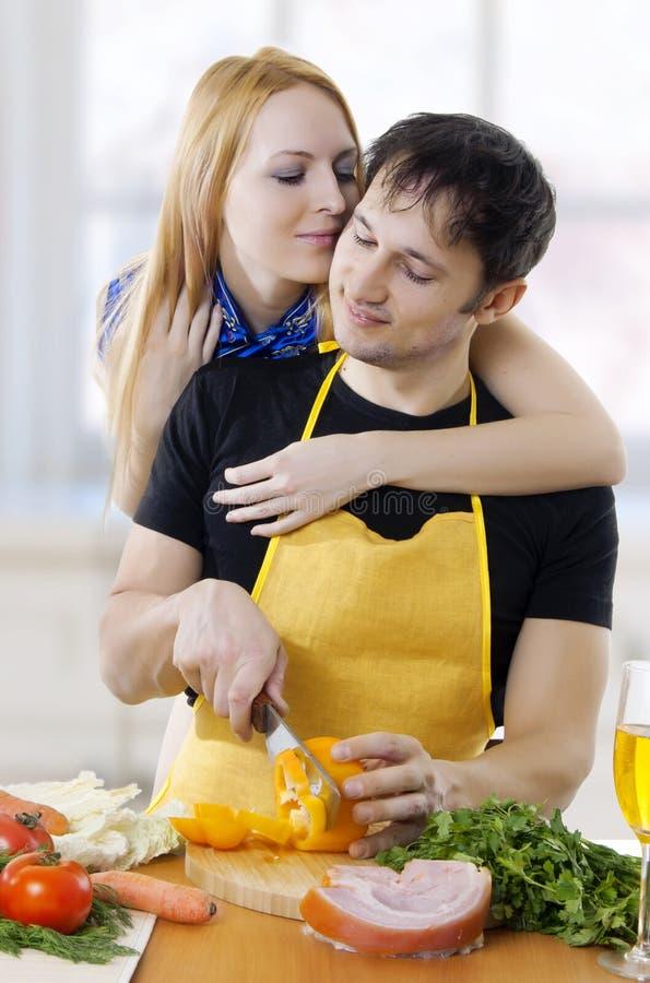 Abbraccio amoroso delle coppie faccia a faccia immagini stock libere da diritti