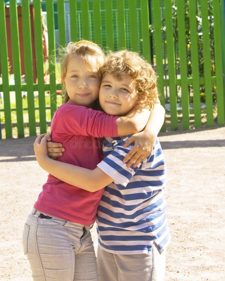 Abbraccio dei piccoli bambini immagine stock
