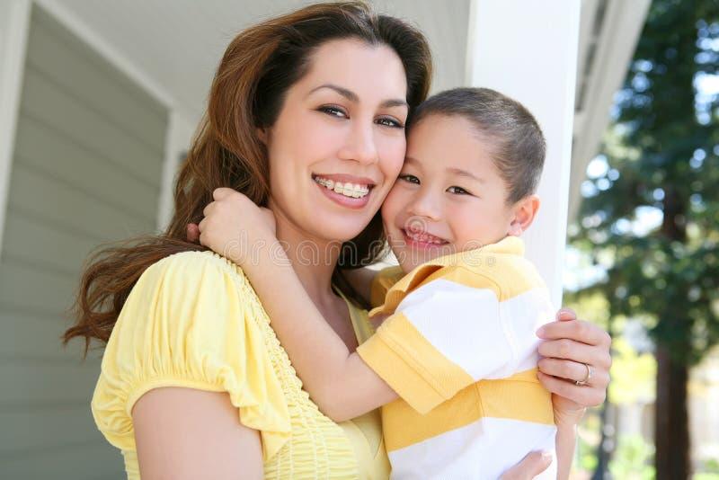 Abbraccio del figlio e della madre fotografia stock libera da diritti