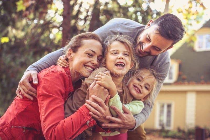 Abbraccio del gruppo della famiglia Stagione di autunno fotografia stock